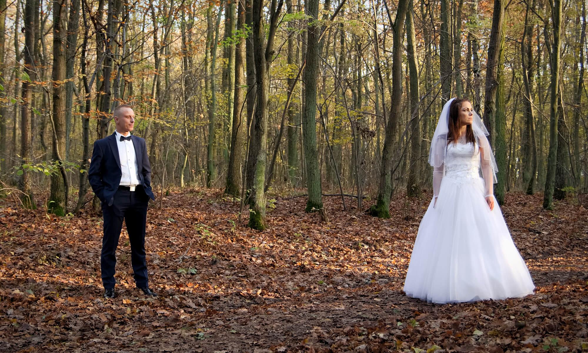 Młoda para w lesie. Fotografia ślubna plenerowa. Marcin Rurarz