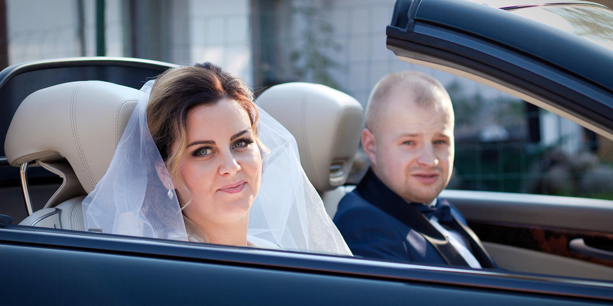 Młoda Para w samochodzie do ślubu. Fotograf Rokietnica
