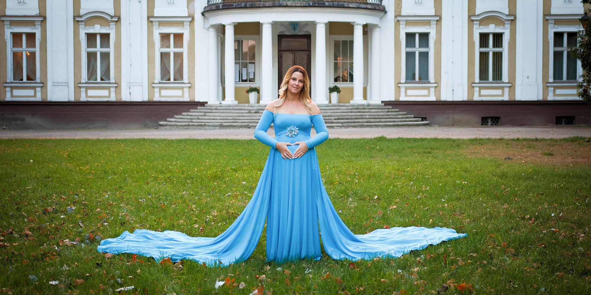 Sesja ciążowa w plenerze. Błękitna suknia. Fotograf Szamotuły