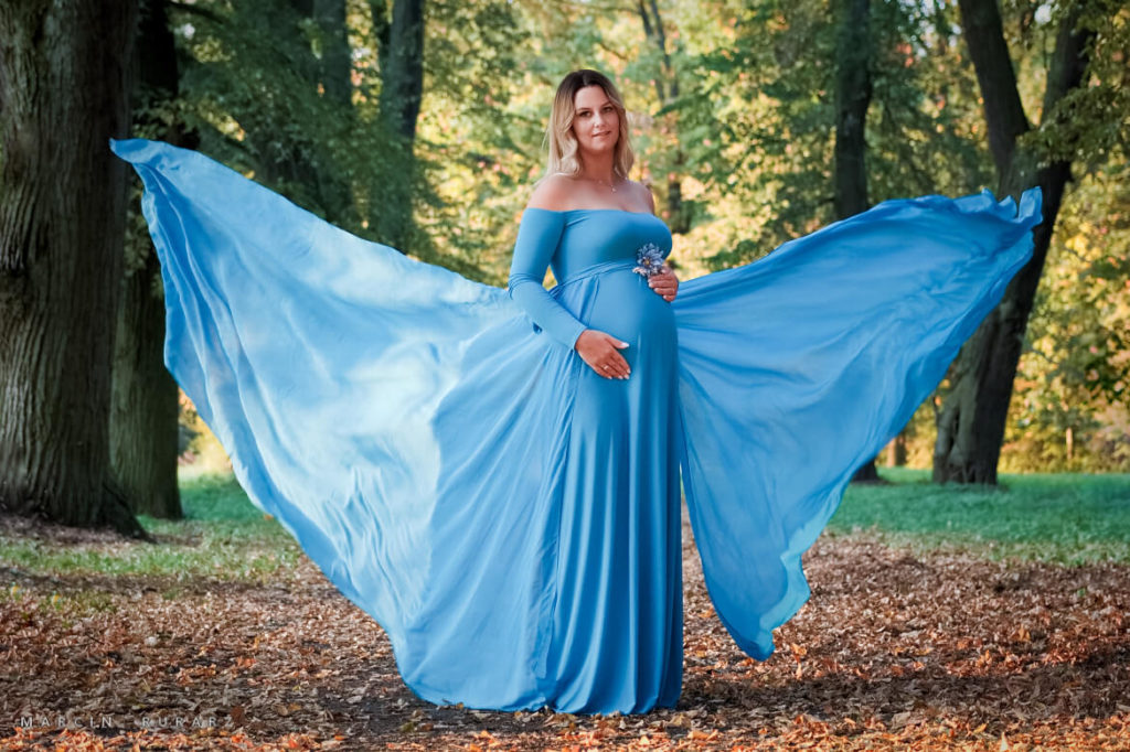 Sesje ciążowe w plenerze - w błękitnej sukni. Gałowo