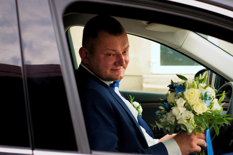 Fotografia Ślubna. Pan Młody z bukietem