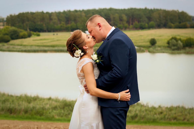 Fotografia ślubna. Pocałunek Młodej Pary