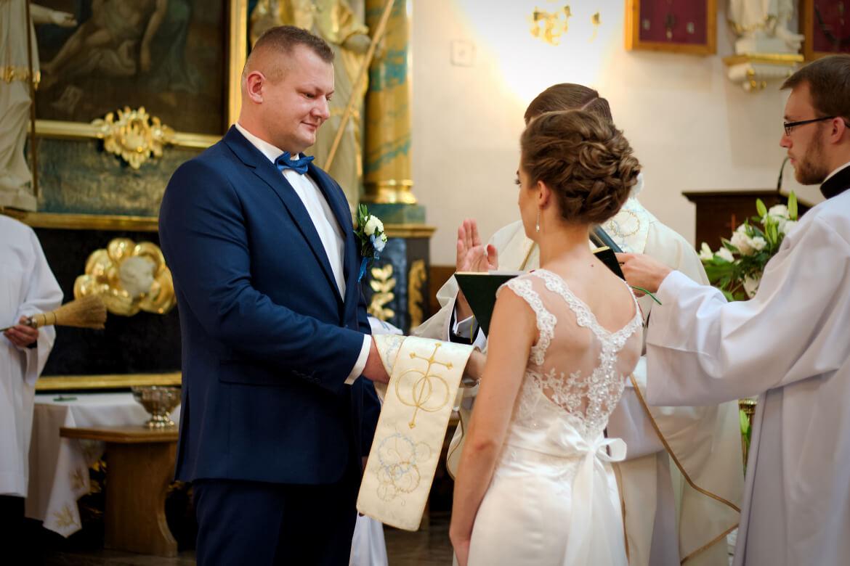 Fotografia ślubna. Młoda Para składa przysięgę w Kościele.