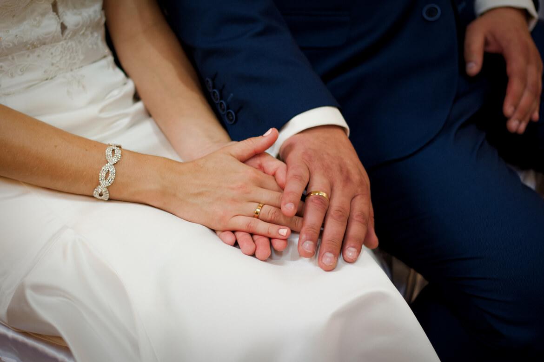 Fotografia ślubna. Dłonie Nowożeńców z obrączkami.