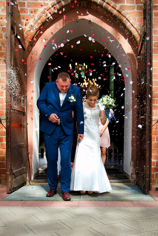 Fotografia ślubna. Młoda Para wychodzi z Kościoła.