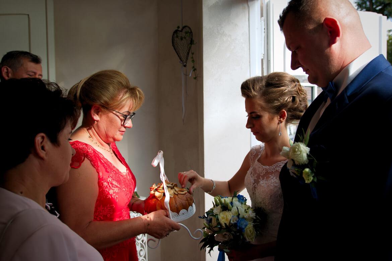 Powitanie Młodych chlebem i solą przez rodziców. Fotografia ślubna
