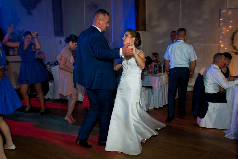 Fotografia Ślubna. Zdjęcie Młodej Pary w tańcu.