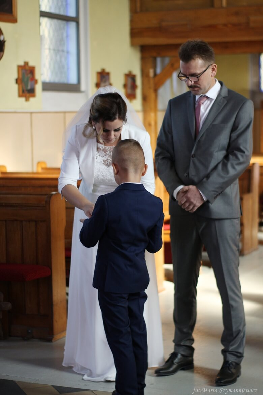 Ślub kościelny w Rokietnicy. Młoda Para przed ołtarzem