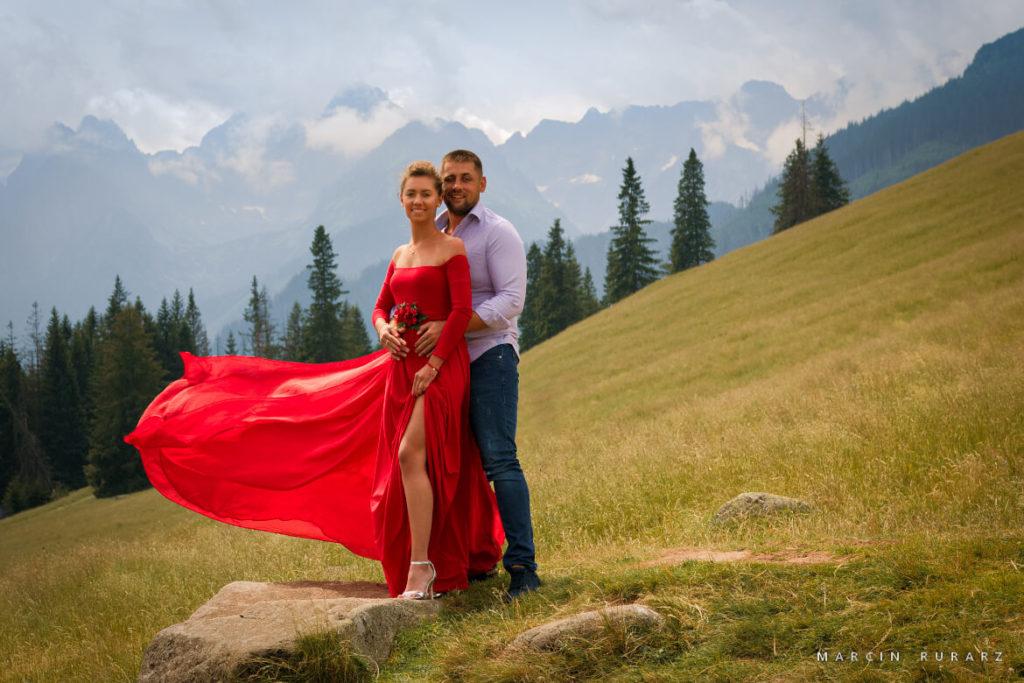 Sesja narzeczeńska w czerwonej sukni. Rusinowa Polana