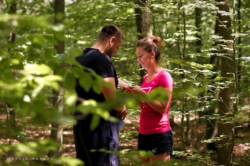 Sesja narzeczeńska w lesie. Fotograf Wielkopolska