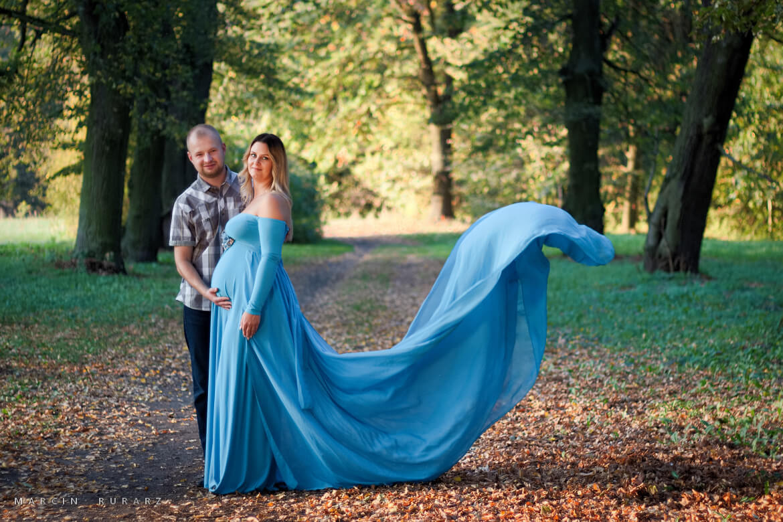 Sesja ciążowa w błękitnej sukni. Fotografia Szamotuły