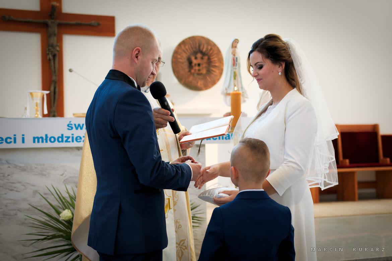 Ślub kościelny w Rokietnicy. Młoda Para składa przysięgę