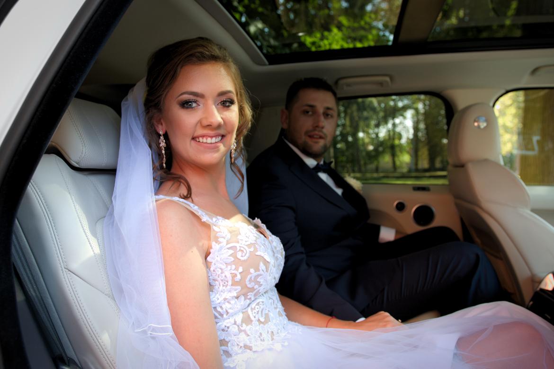 Ślub i wesele.  Młoda para w aucie.