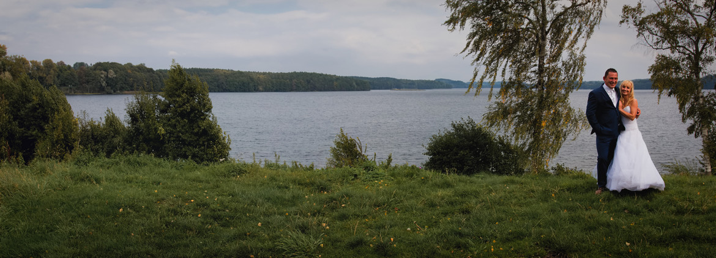 Plener ślubny nad wodą. Jezioro