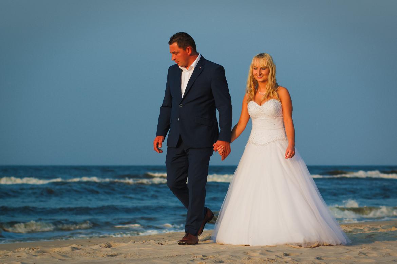 Plener ślubny nad wodą. Morze Bałtyckie. Plaża