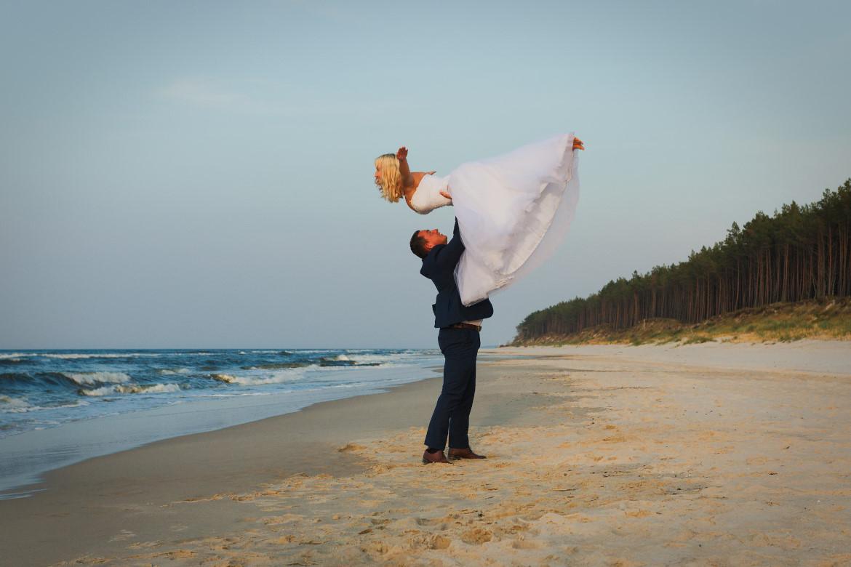 Plener ślubny nad wodą. Morze